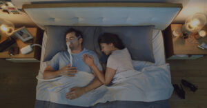 Couple in bed with Sleep apnea AirMini therapy